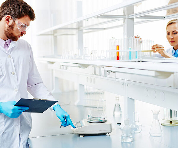 Laborator chimie la lucru